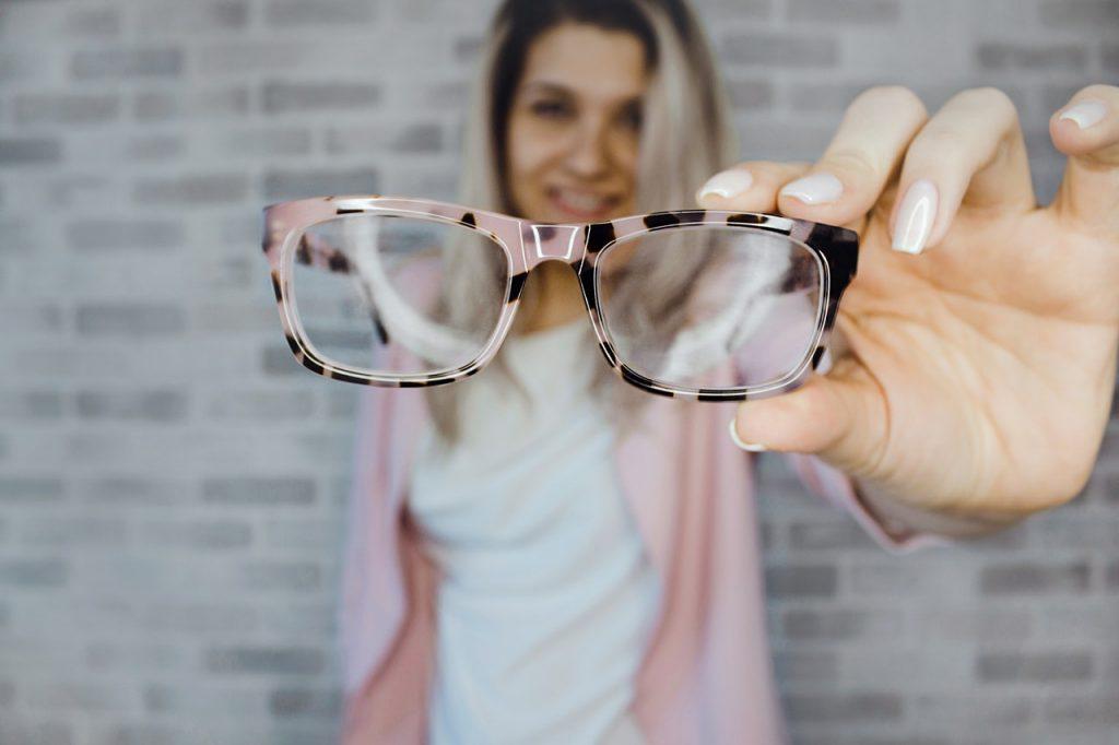 Kacamata. Siapa yang tidak kenal dengan benda yang satu ini. Kacamata  sejatinya memang merupakan alat bantu melihat dan biasa digunakan oleh  mereka yang ... b13f6457c9